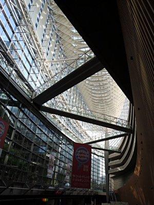 東京国際フォーラム、ガラス棟にて